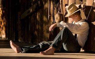 Photo free boy, sitting, barefoot