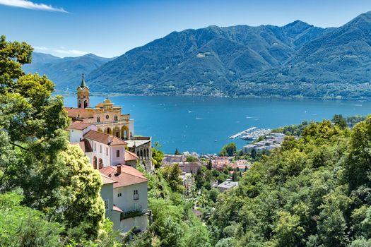 Бесплатные фото Madonna del Sasso,Locarno,Lago Maggiore,Озеро Маджоре расположено на севере Италии,на границе со Швейцарией,озеро,горы,деревья,дома,пейзаж