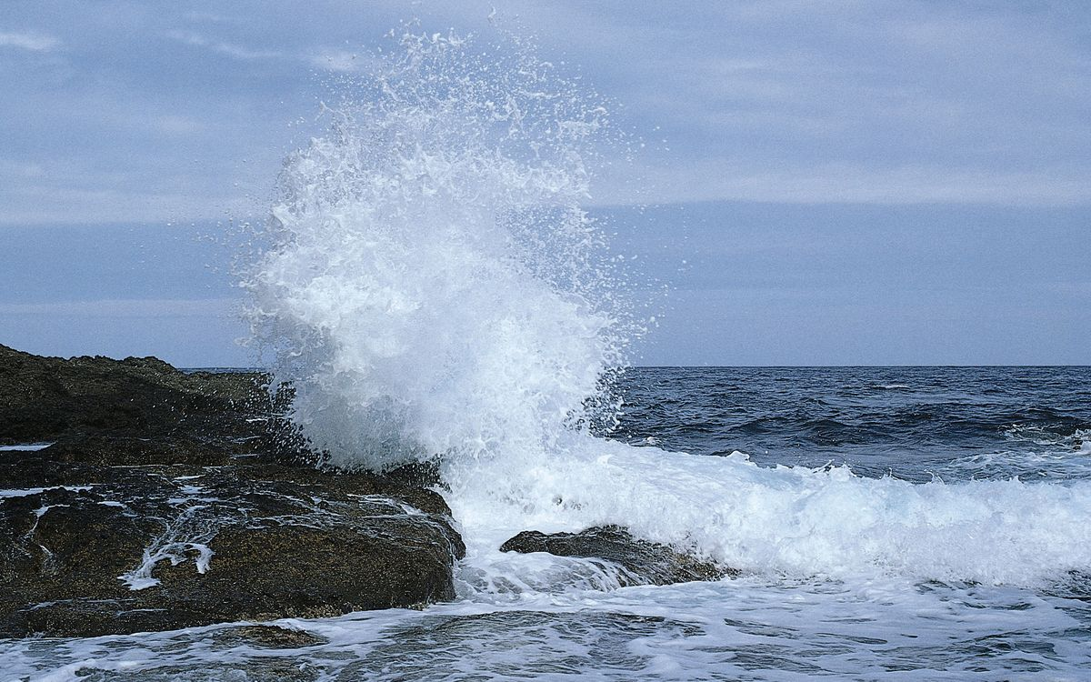 Фото бесплатно берег, камни, валуны, море, волны, брызги, горизонт, небо, пейзажи