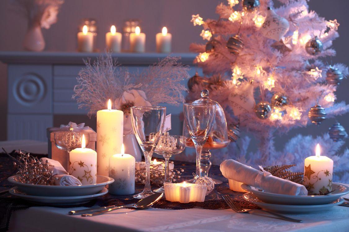 Фото бесплатно новогодний стол, свечи, бокалы, новый год, праздничное настроение, подарки, новый год