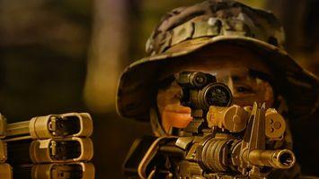 Фото бесплатно солдат, шляпа, автомат, ствол, прицел, оптика