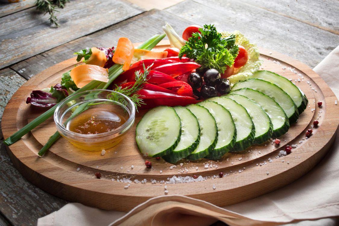 Фото бесплатно огурец, закуска, маслины, овощи, соус, перец, еда
