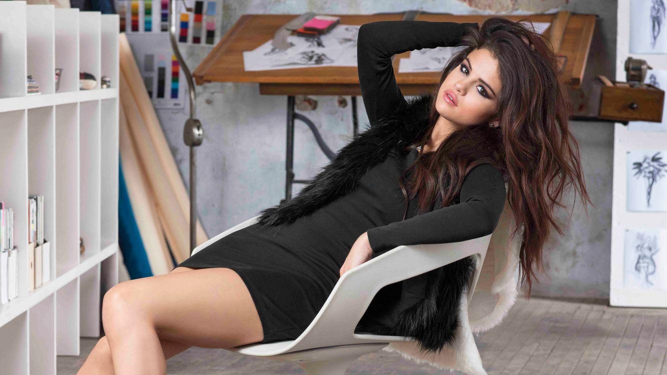 Фото бесплатно кабинет, кресло, брюнетка, красотка, волосы, макияж, платье, безрукавка, черные, ножки, девушки