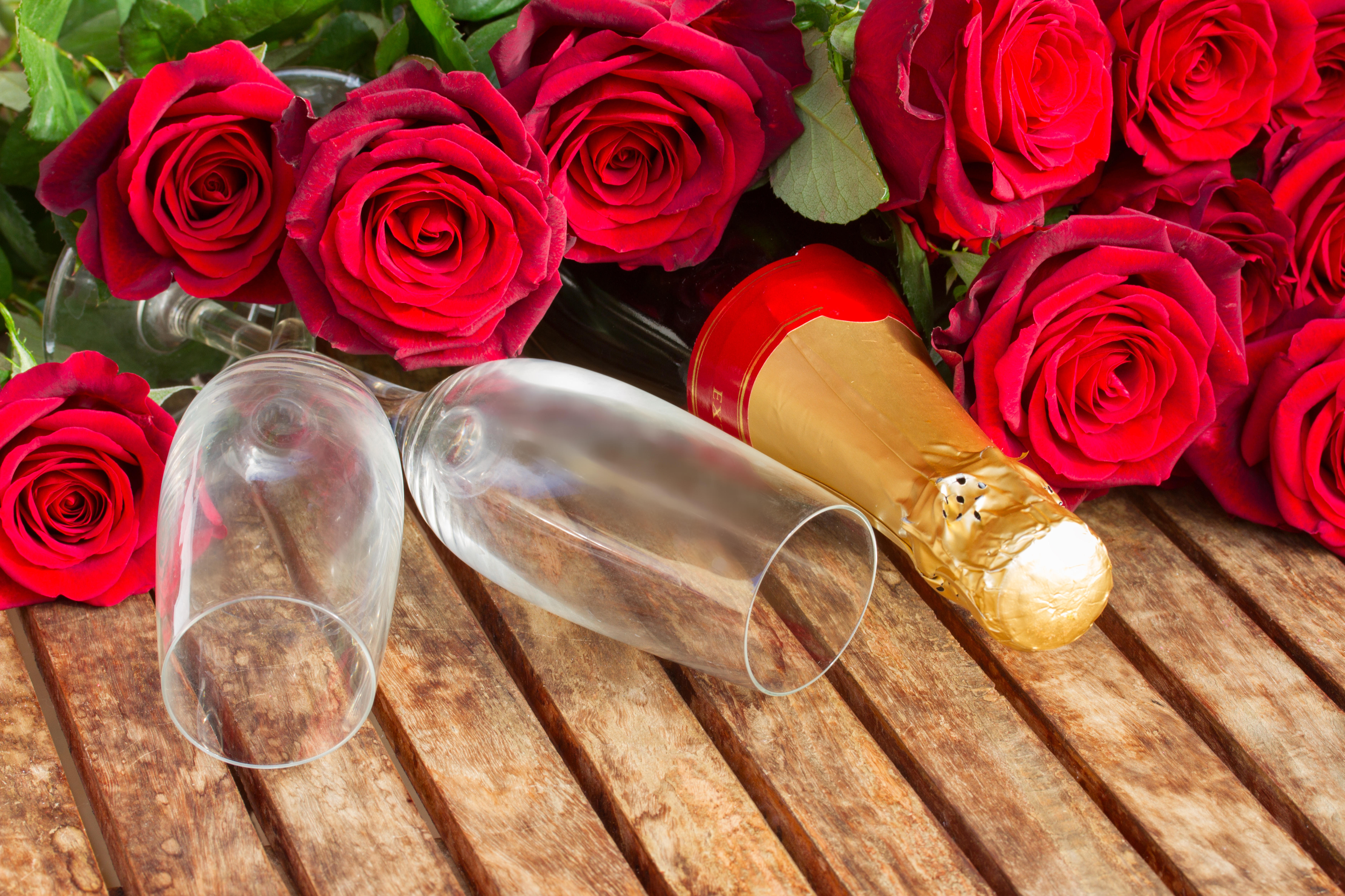 Обои бокалы, шампанское, цветы, розы