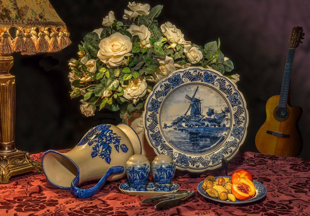 Фото бесплатно стол, блюдо, ваза, цветы, розы, гитара, натюрморт - на рабочий стол