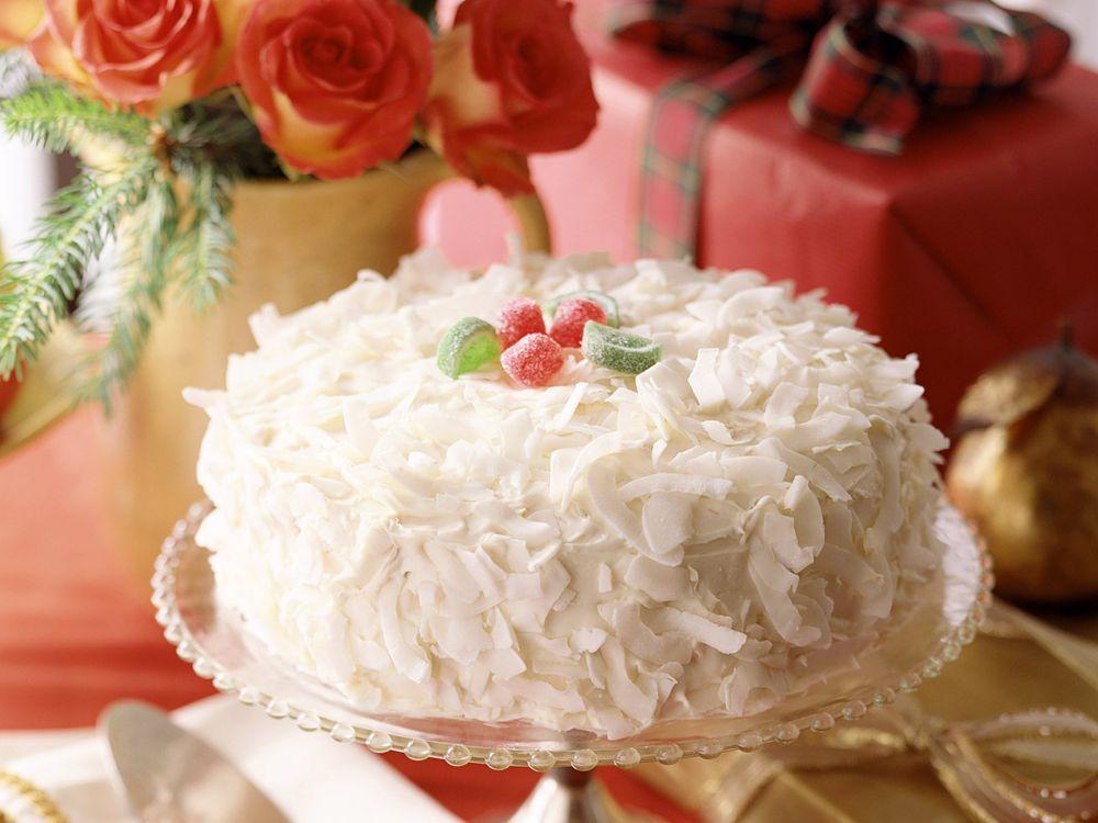 Фото бесплатно торт, белый, хлопья, сладость, десерт, цветы, подарок, еда - скачать на рабочий стол