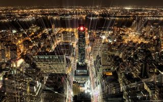Обои ночь, дома, крыши, улицы, огни, лучи, вид сверху