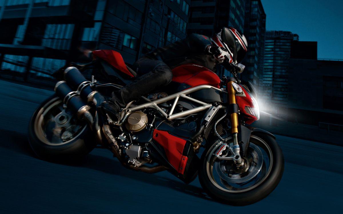 Фото бесплатно ночь, улица, байк, фара, свет, выхлоп, мотоциклист, шлем, мотоциклы
