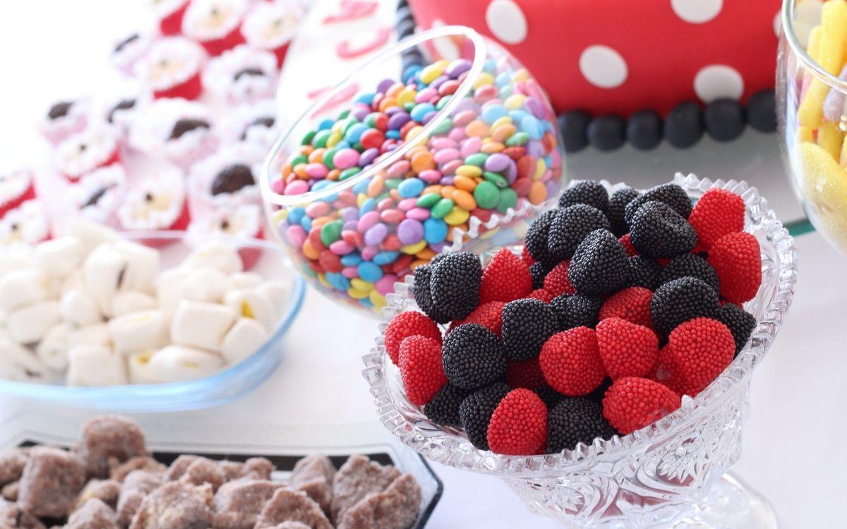 Фото бесплатно стол, вазы, сладости, конфеты, драже, цветные, еда