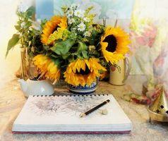 Бесплатные фото стол, ваза, цветы, подсолнухи, ромашки, тетрадь, рисунок