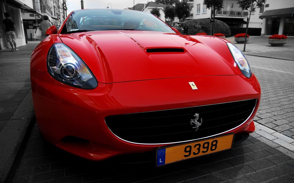 Фото бесплатно феррари, красная, решетка, значок, фары, брусчатка, улица, машины