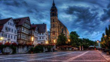 Бесплатные фото вечер,дома,часовня,башня,улица,фонари,деревья