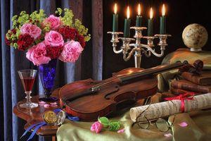 Обои стол, ваза, цветы, розы, скрипка, ноты, подсвечник, свечи, пламя, глобус, очки, натюрморт