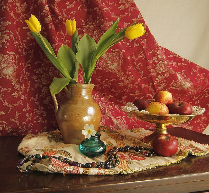 Фото бесплатно стол, кувшин, цветы, тюльпаны, ваза, фрукты, яблоки, чётки, натюрморт, разное