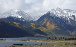 Бесплатные фото берег,забор,трава,деревья,озеро,горы,вершины
