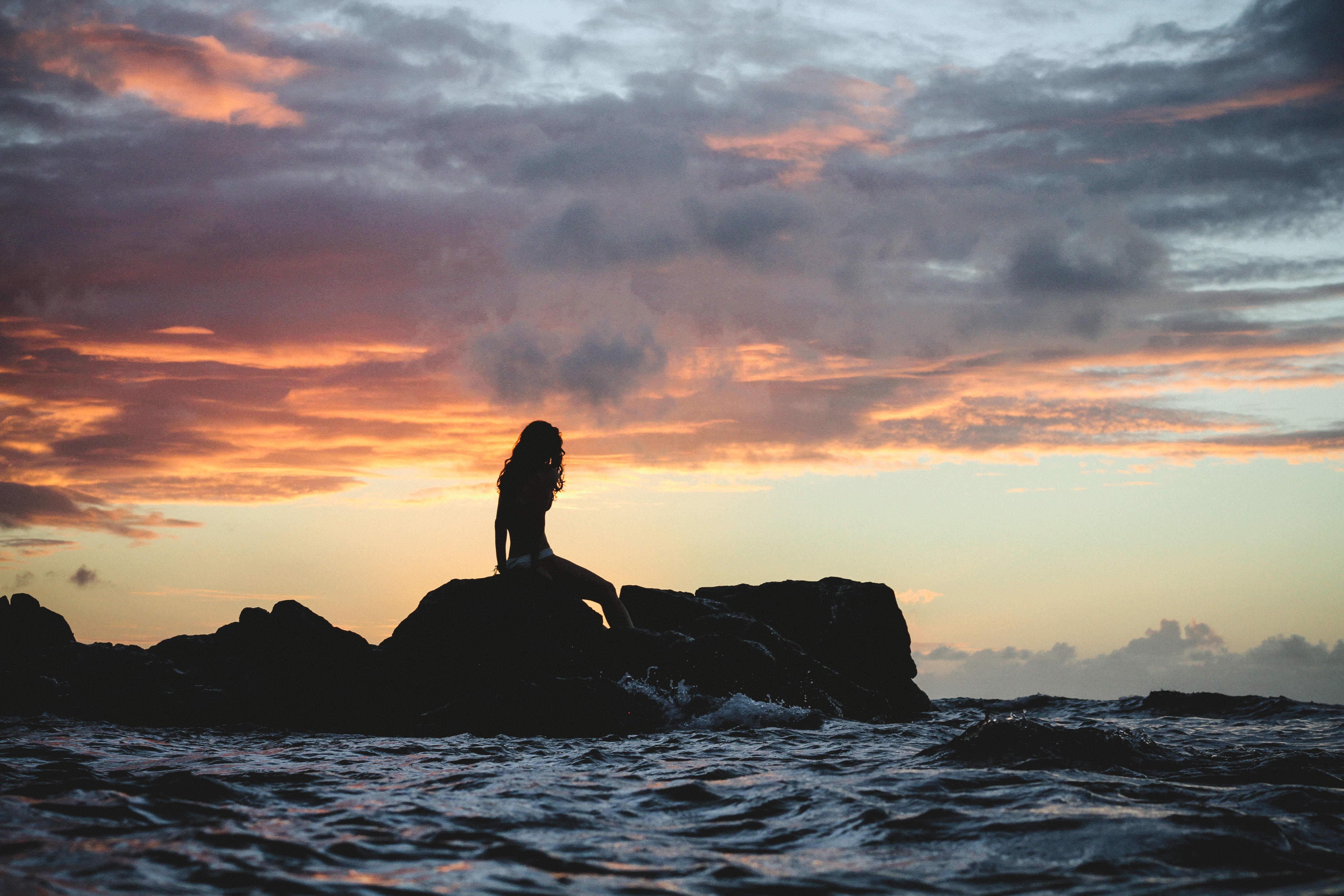 Обои закат, море, скалы, девушка