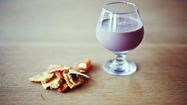 Бесплатные фото бокал,стекло,жидкость,сушеная еда,стол