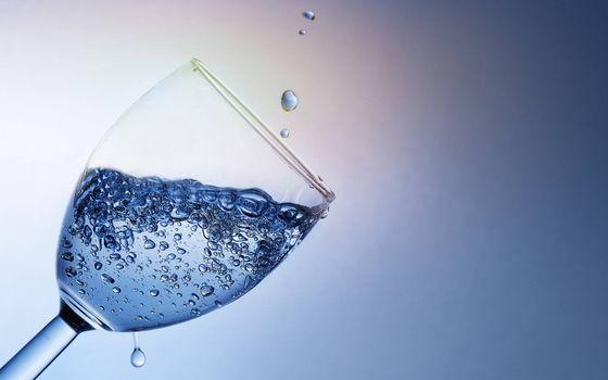 Фото бесплатно бокал с водой, пузырики воздуха, капли воды