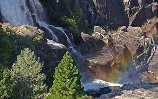 Фото бесплатно деревья, горы, скалы, камни, водопад, брызги, радуга