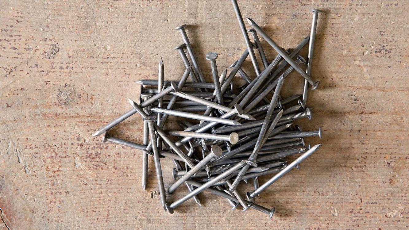 Фото бесплатно гвозди, кучка, металл, доска, разное
