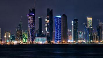 Бесплатные фото ночь,море,побережье,улицы,фонари,дома,небоскребы