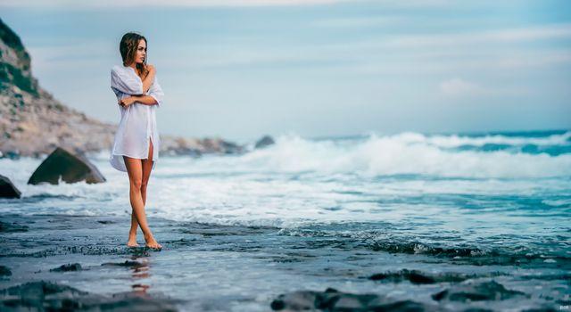 Фото бесплатно девушка на берегу моря, волны