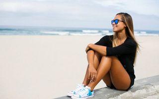 Фото бесплатно девушка в очка на пляже, море, волны