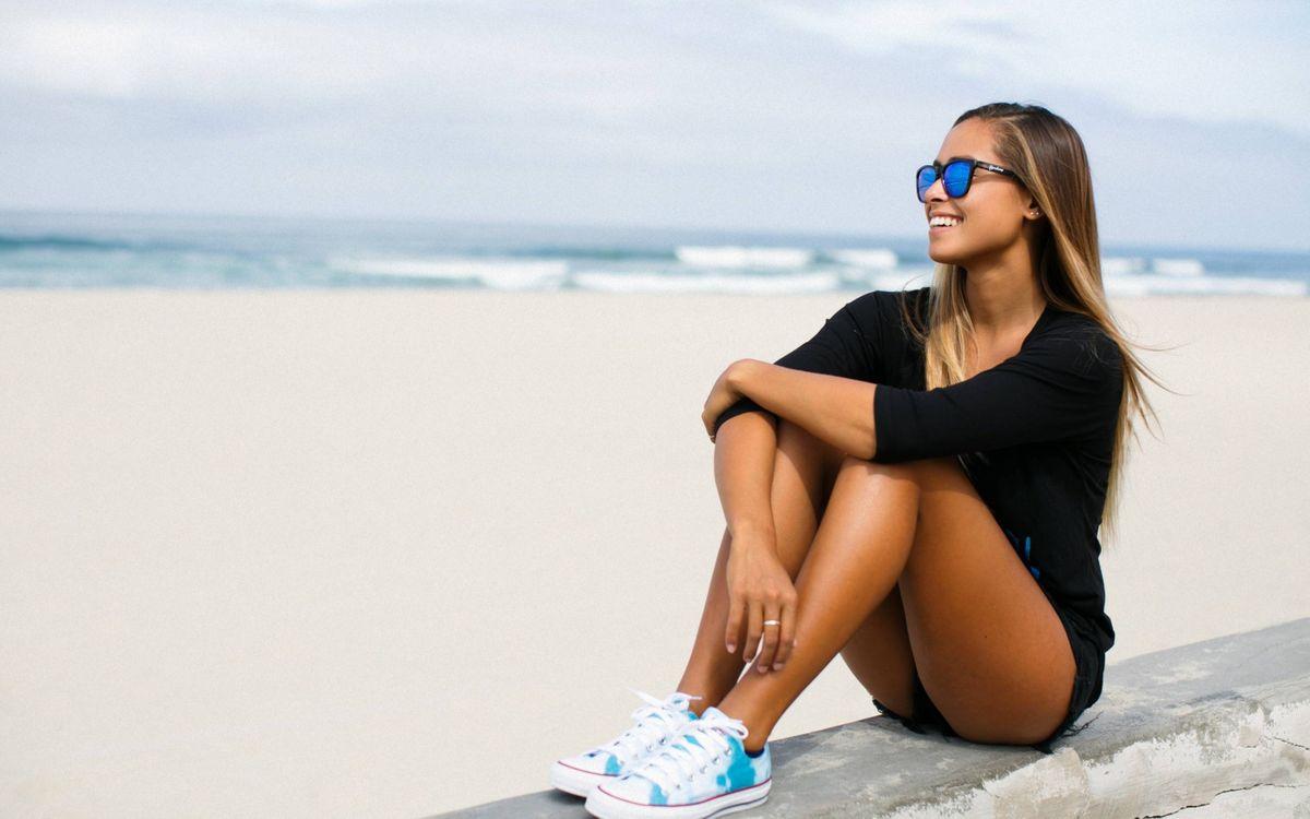 Фото бесплатно девушка в очка на пляже, море, волны - на рабочий стол