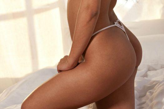 Abella Anderson, красотка, в постели, попка
