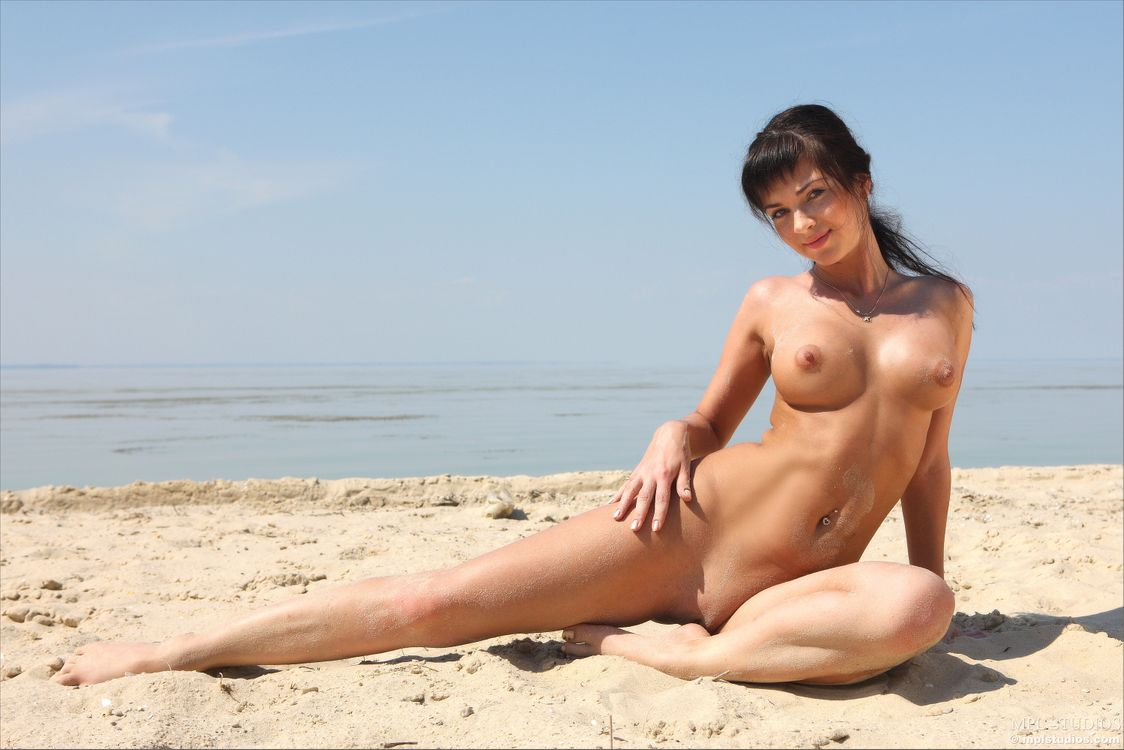 Картинка Karina, Katarine, Kayla, Adel A, модель, эротика, красотка, девушка, голая, голая девушка, обнаженная девушка, позы, поза на рабочий стол. Скачать фото обои эротика
