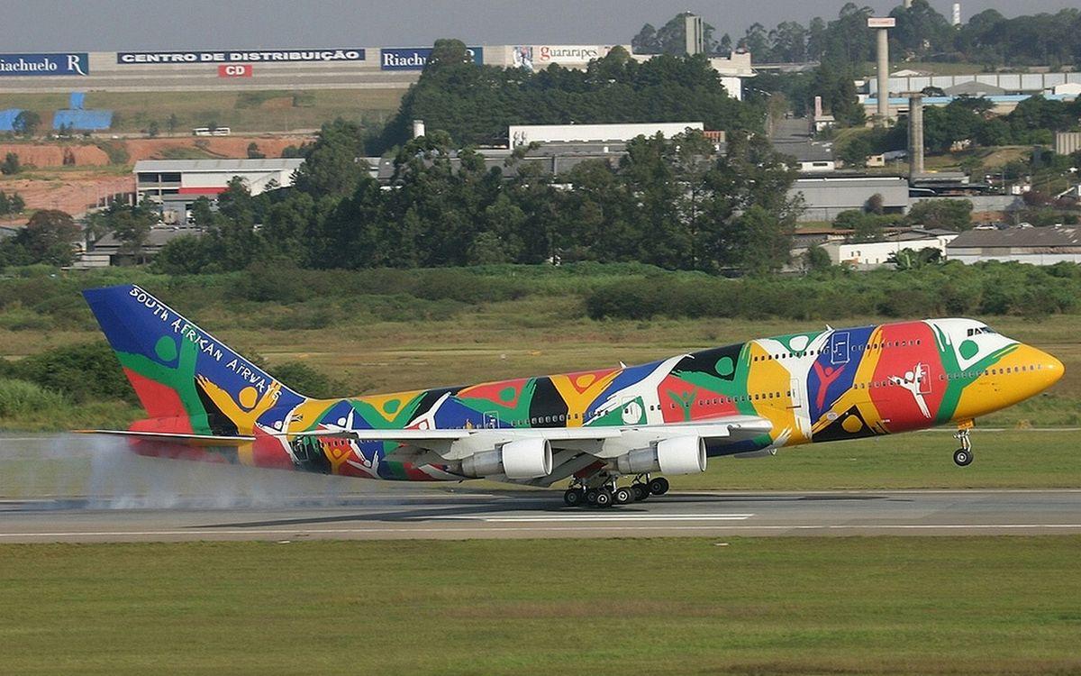 Фото бесплатно самолет пассажирский, цветной, крылья, турбины, взлетная полоса, посадка, шасси - на рабочий стол