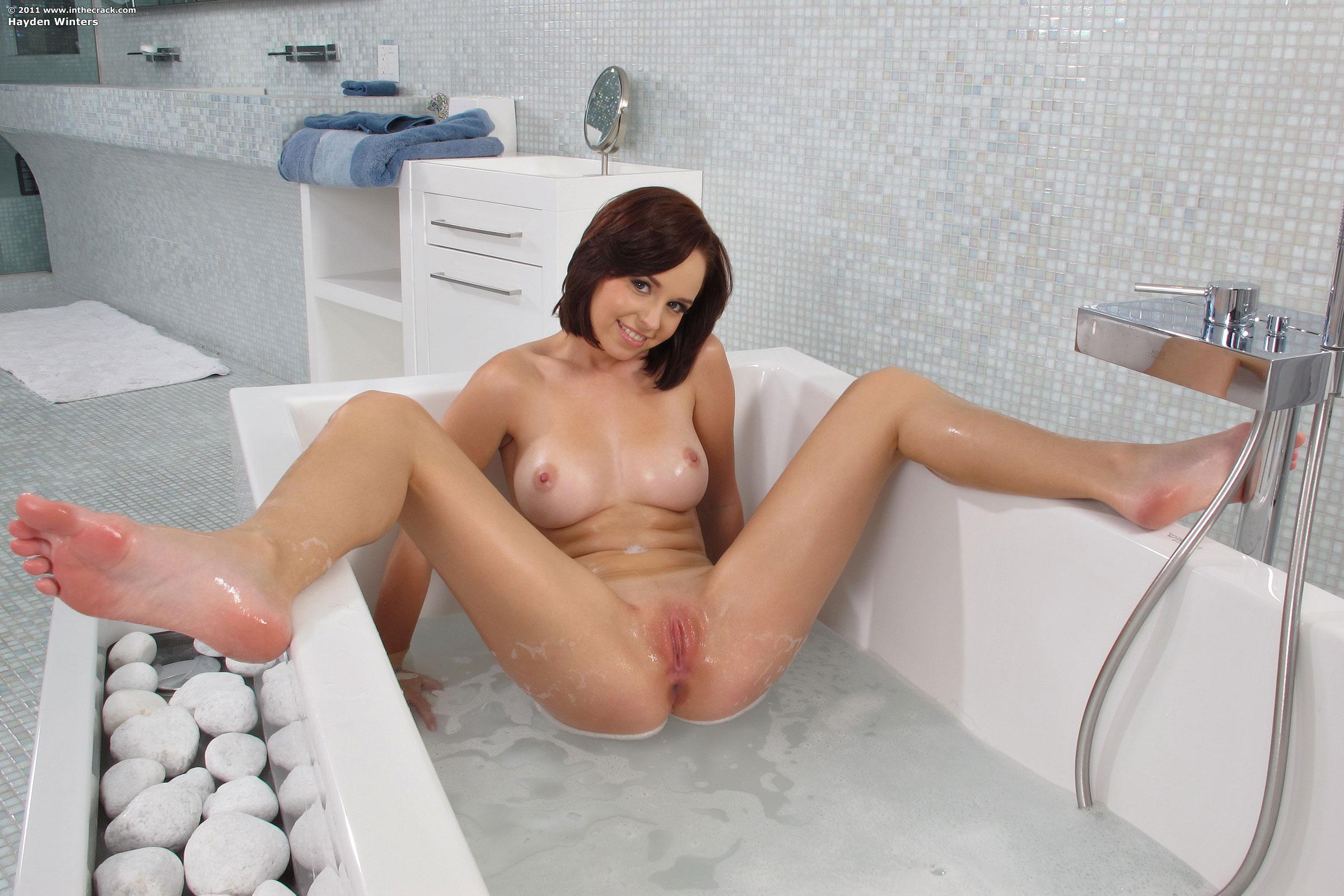 Роли мужчины молодая брюнетка мастурбирует в ванной видео видео секс онлайн