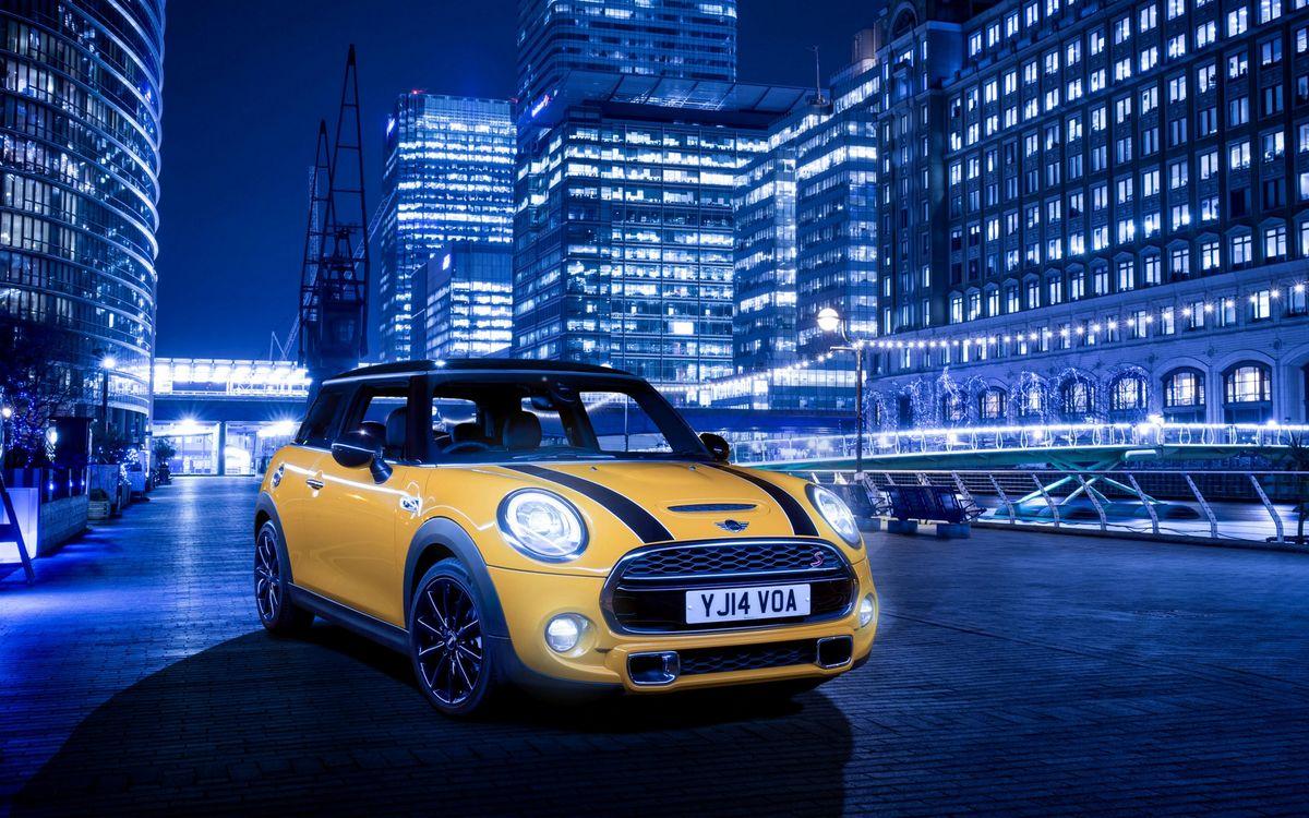 Фото бесплатно мини купер, желтый, фары, свет, решетка, диски, ночь, город, машины