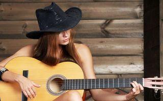 Бесплатные фото девушка,шляпа,гитара,гриф,струны,лады
