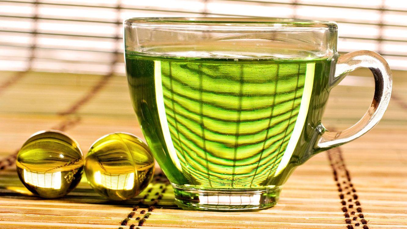 Фото бесплатно напиток зеленый, чашка, стекло, шарики стеклянные, циновка, напитки - скачать на рабочий стол