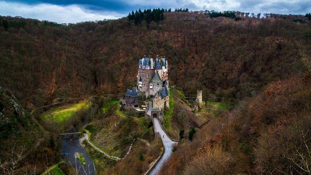 Заставки замок,башни,дорога,тропинки,водоем,деревья,сопки