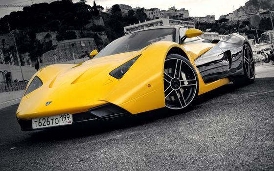 Фото бесплатно спорткар, желтый, фары, диски, воздухозаборники, набережная