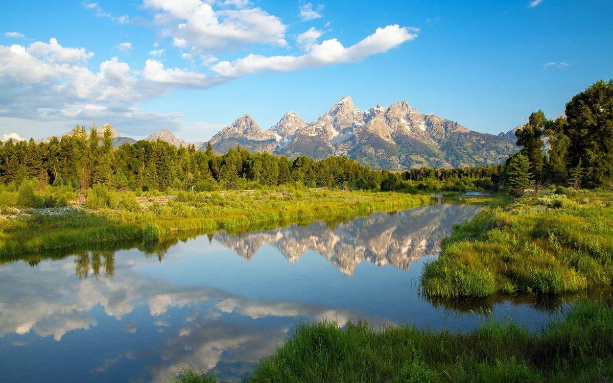 Фото бесплатно река, отражение, трава, деревья, лес, горы, вершины, снег, небо, облака, природа
