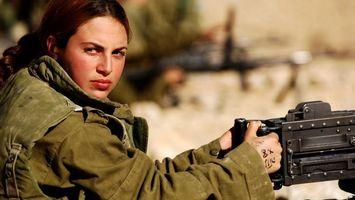 Бесплатные фото девушка,солдат,куртка,взгляд,пулемет