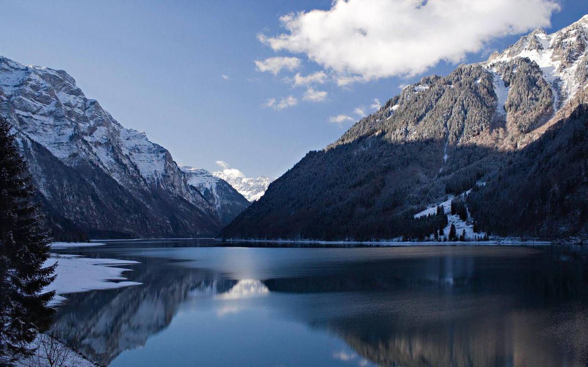 Фото бесплатно зима, озеро, лед, снег, горы, деревья, небо, облака, природа - скачать на рабочий стол