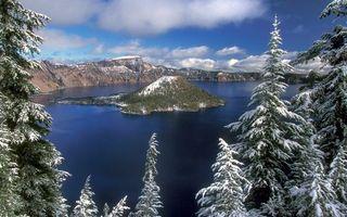 Фото бесплатно зима, деревья, елки, снег, озеро, остров, горы, небо