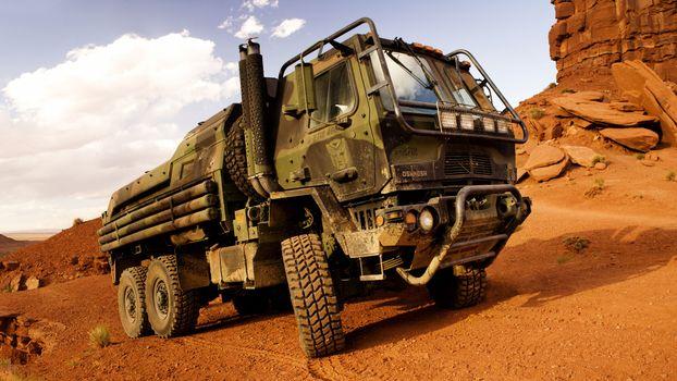 Фото бесплатно Грузовой военный внедорожник, грузовик, песок