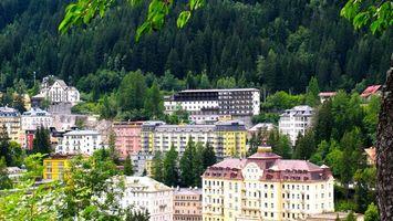 Фото бесплатно курорт, дома, здания, отели, окна, крыши, растительность, горы