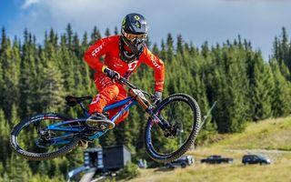 Фото бесплатно велотриал, спортсмен, шлем, велосипед, прыжок, автомобили, лес