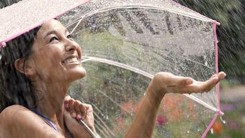 Бесплатные фото девушка,азиатка,улыбка,радость,зонтик,прозрачный,дождь