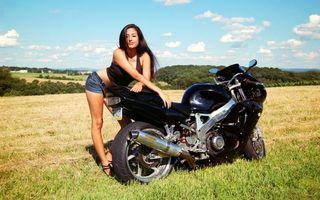 Бесплатные фото спортбайк,черный,двигатель,выхлоп,поле,девушка