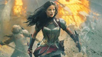 Фото бесплатно девушка, брюнетка, воин, доспкхи, щит, меч, бой