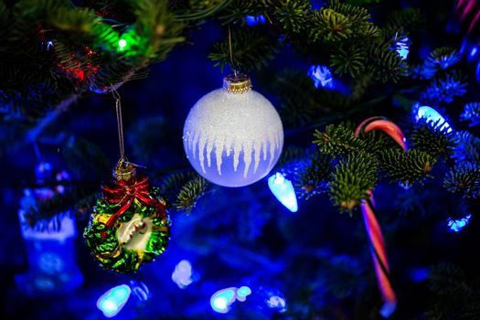 Фото бесплатно новогодние игрушки, елка, гирлянда