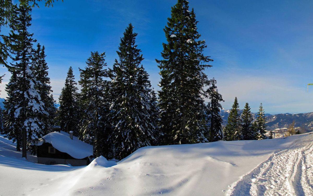 Фото бесплатно зима, горы, дом, деревья, снег, следы, небо, пейзажи - скачать на рабочий стол