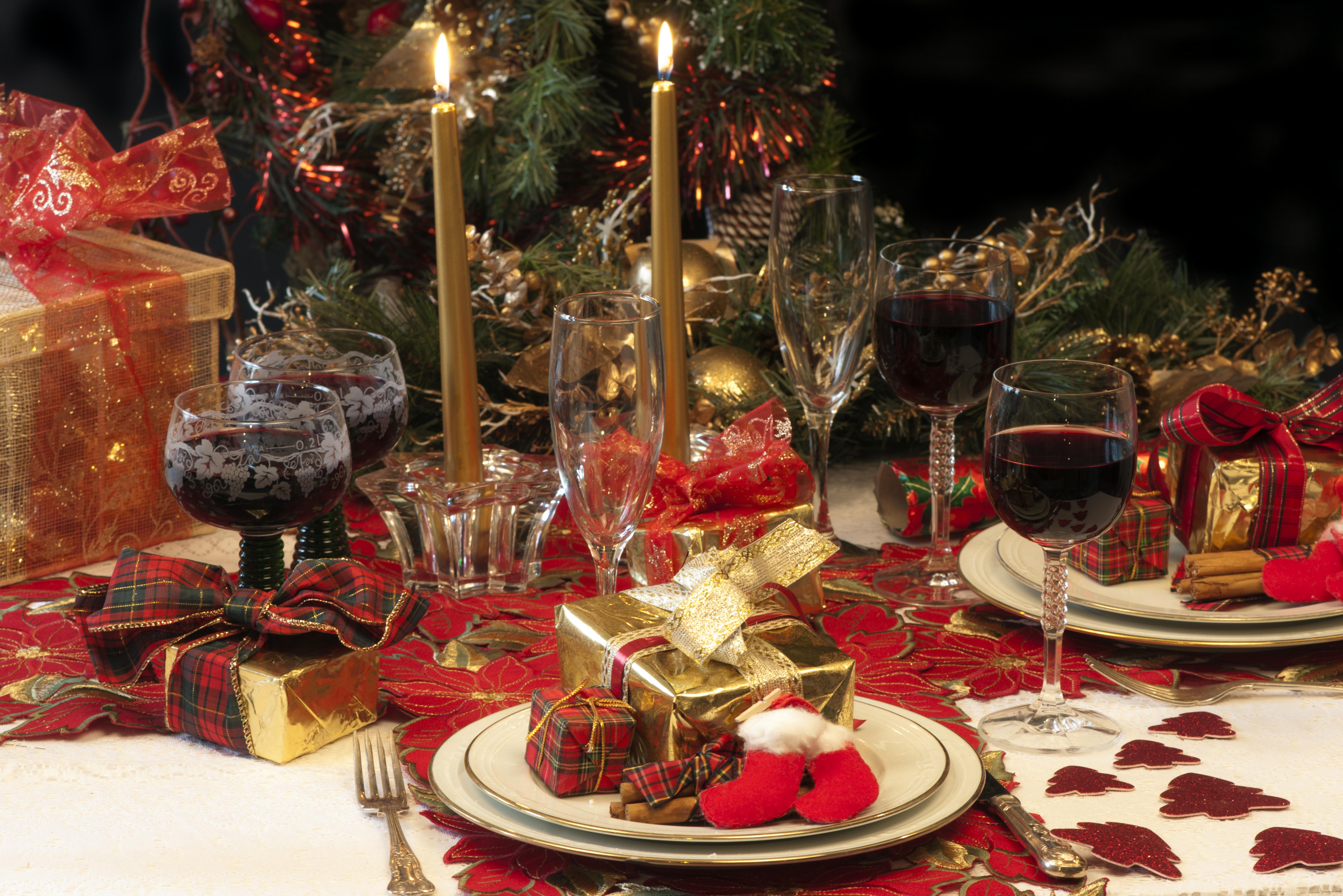 новогодний стол, свечи, бокалы